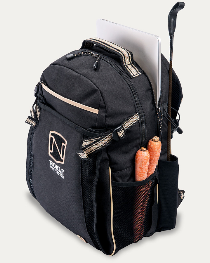 Ryggsäcken heter Equine Backpack och är tillverkad i ett vattentätt  canvasmaterial. Den har en ventilerad ficka för ridhjälmen 19ea57a1c8823